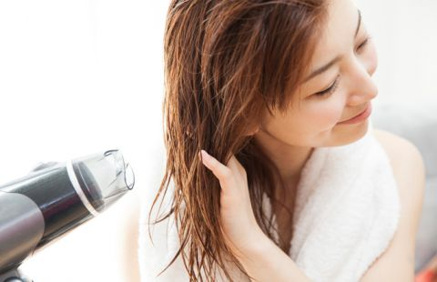 Giữ tóc vào nếp vào những ngày ẩm ướt.